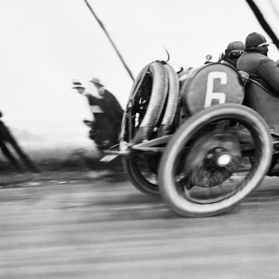 5. Grand Prix de l_Automobile Club de France detta anche l_automobile deformata, 1913 ma diffusa da Lartigue nel 1912. Photograph by Jacques Henri Lartigue © Ministère de la Culture (France), MAP-AAJHL